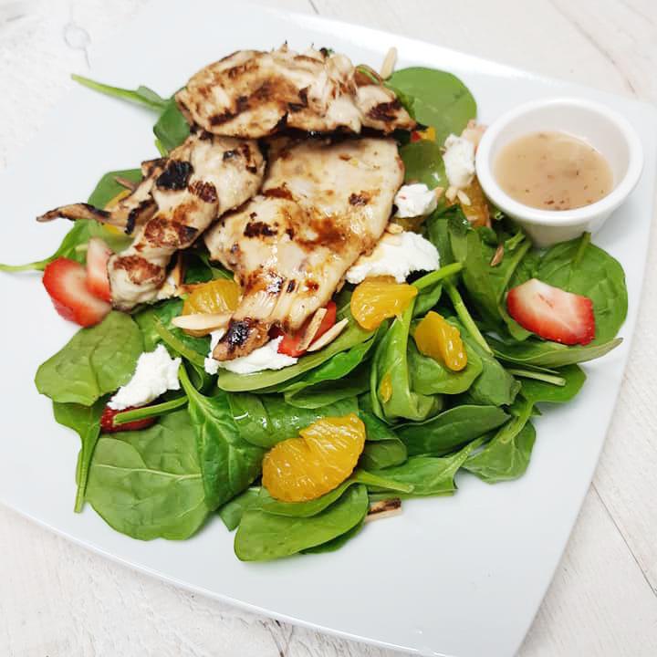 Une salade avec poulet a la plage des cantons de magog